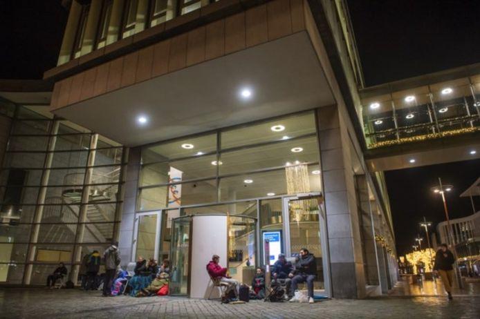 Huisbazen bivakkeren voor het stadskantoor van Maastricht om aanspraak te maken op een vergunning om kamers in hun pand te kunnen verhuren.