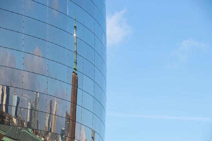 Een beeld van Rotterdam in de spiegelpanelen, die door Sorba in Winterswijk zijn ontwikkeld.