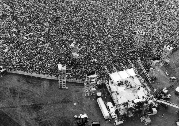 Luchtfoto van het publiek op het Woodstock-festival in 1969. Vijftig jaar na het legendarische festival plannen de originele organisatoren een comeback.