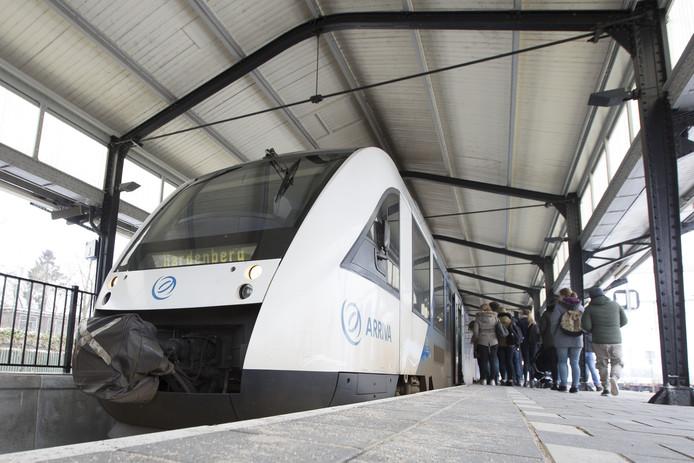 Drie Overijsselse partijen willen duidelijkheid over het doortrekken van de spoorlijn Almelo - Hardenberg richting Groningen.