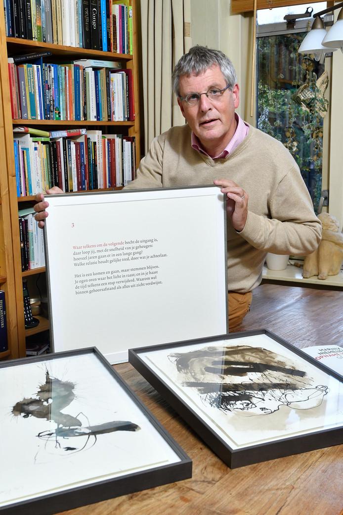 Marnix Niemeijer met een ingelijste gedicht uit de bundel die hij maakte voor dochter Rieke. Op tafel liggen twee tekeningen van kunstenaar Marcel Verbrugge, te zien op een expositie in het UMCU.