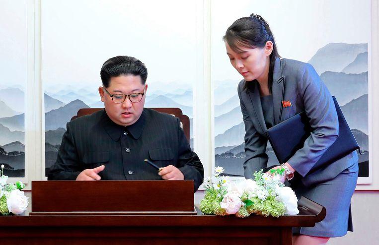 Kim Jong-un in 2017 met zijn zuster Kim Yo-jong. Een van de vele speculaties is dat zij hem zal opvolgen. Beeld AP