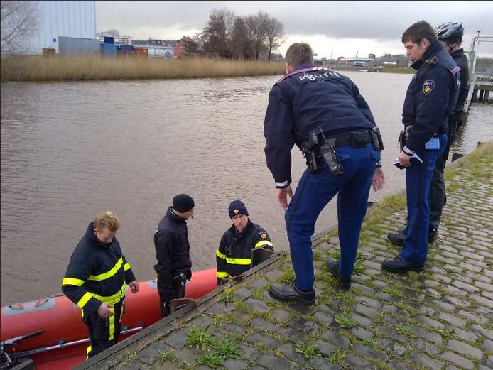 Politie en brandweer houden een zoektocht op de Mark bij de voormalige Suikerfabriek. FOTO Leo Nierse.