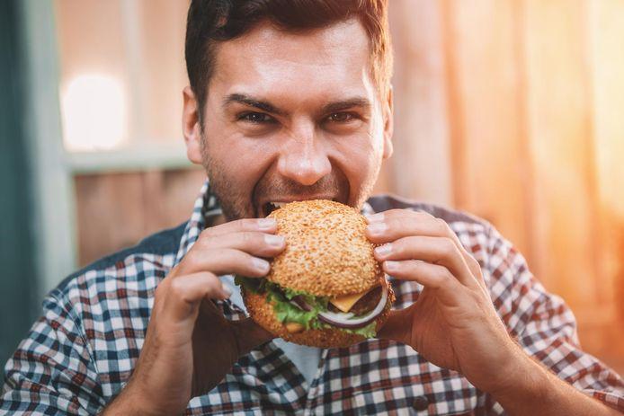 De Belg eet gemiddeld 770 tot 980 gram vlees per week. Dat is  2 tot 2,5 keer meer dan de aanbeveling om wekelijks niet meer dan 400 gram te consumeren.
