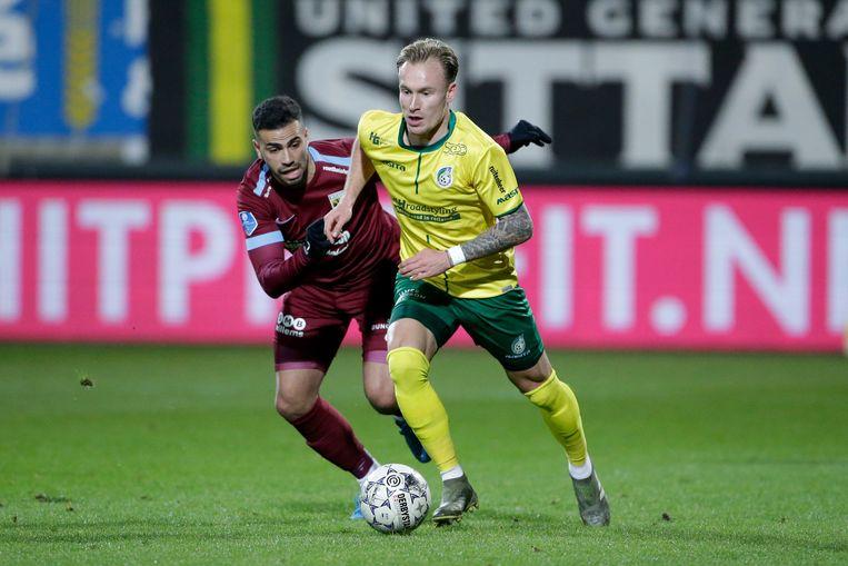 Mark Diemers in duel met Oussama Tannane van Vitesse. Beeld BSR Agency