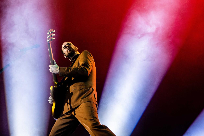De Nederlandse rockband De Staat met leadzanger en gitarist Torre Florim.