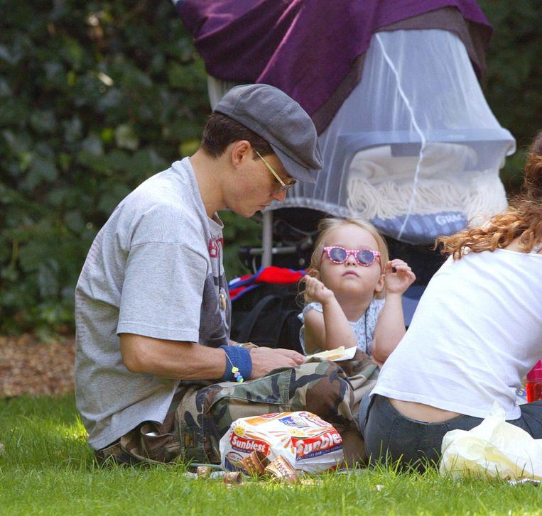 Johnny Depp en zijn toenmalige vrouw Vanessa Paradis picknicken met hun twee kinderen in een Londens park.  Beeld UK Press via Getty Images
