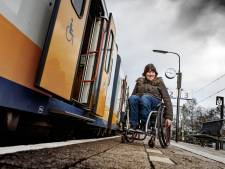 Jessica valt uit rolstoel door scheve tegels Station Bodegraven