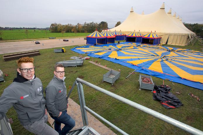 Organisatoren Koen Grootscholten (links) en Robin van Poppel bij de opbouw van Sensation Waailand op het terrein aan de Wagenbergsestraat in Made.