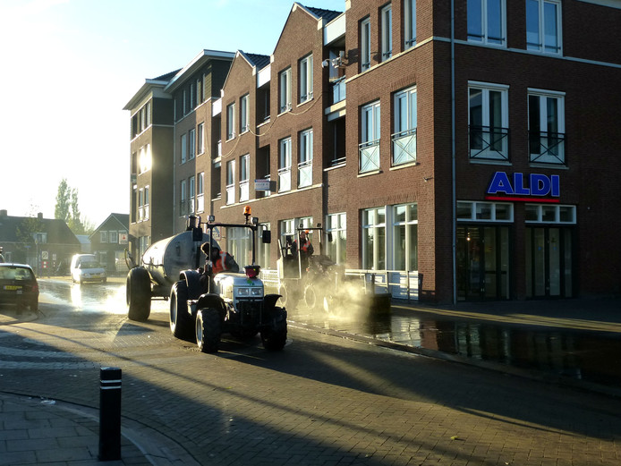 De straten worden weer schoongeveegd na de paardenmarkt.
