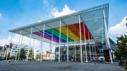 Campagne tegen holebifobie afgetrapt: ook dak van Theaterplein baadt nu in regenboogkleuren
