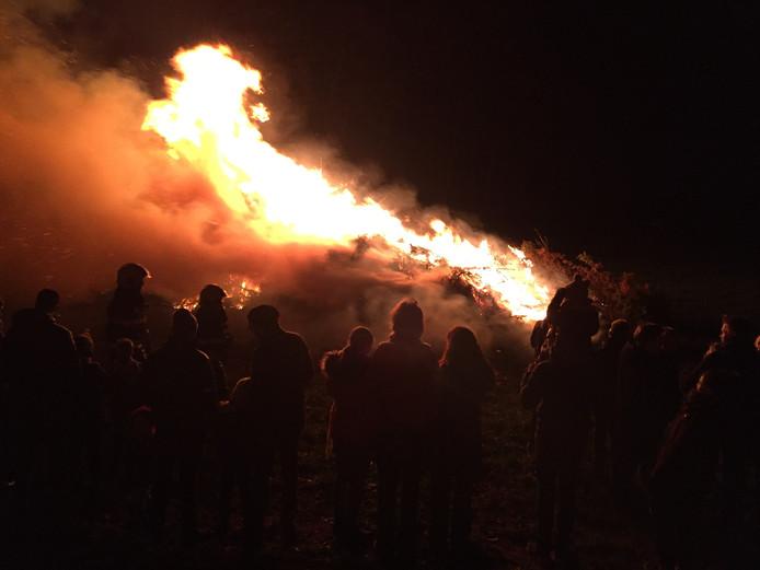Zo'n 200 toeschouwers kwamen kijken naar de kerstboomverbranding in Riel.