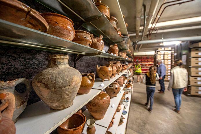 Bezoekers bij het archeologisch depot.