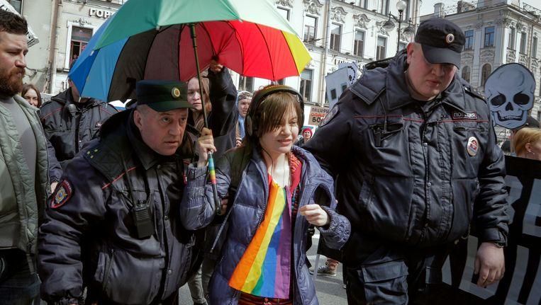 Een homorechtenactiviste wordt meegenomen door de politie tijdens een betoging in Sint-Petersburg.