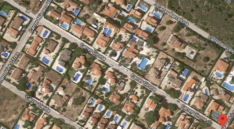 Het incident zou volgens de krant Diari de Tarragona plaatsgevonden hebben in deze straat, Calle de Girona. Zowat elk huis heeft er een zwembad.