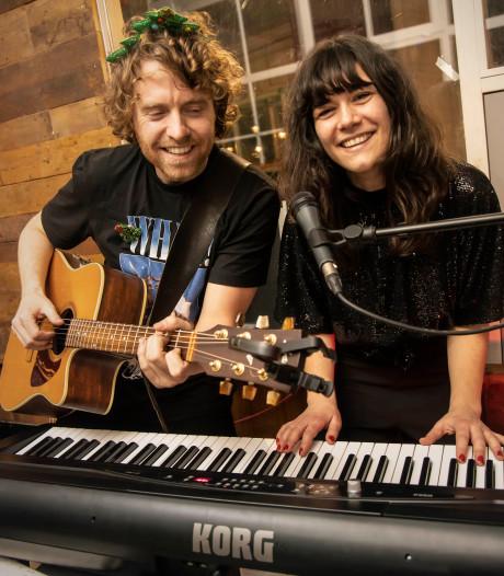 Kees en Lieteke delen hun liefde voor muziek met karaoke: 'Met live band zingen is zo gaaf'