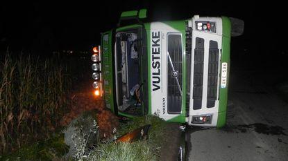Vrachtwagen vol knolselder kantelt