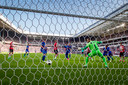 Kostas Lamprou ziet pal voor rust de 1-0 binnenvallen. Na de onderbreking loopt PSV weg.