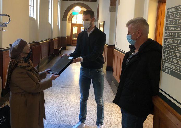 Bewoners overhandigden deze week petitie tegen de opvang aan wethouder Sven de Langen.
