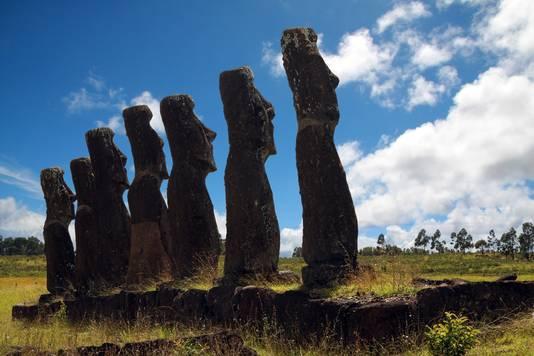 De moai zijn vervaardigd uit vulkanisch gesteente.