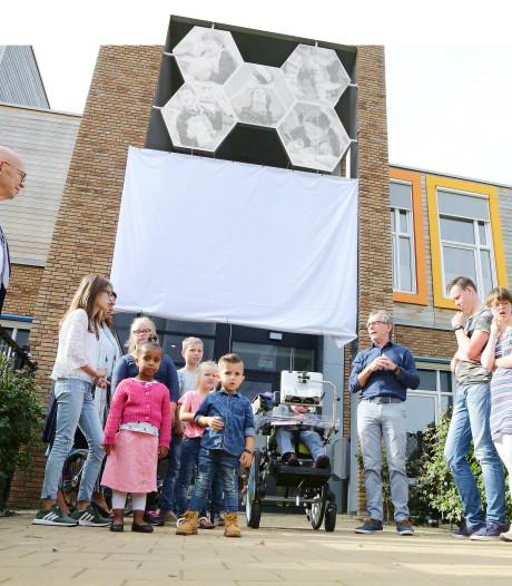 Kinderportretten boven deur Schuttersplein onthuld