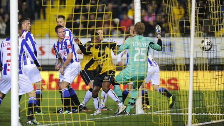 Ramon Zomer (derde van links) ziet de bal tot zijn ontzetting via zijn rug achter Brian Vandenbussche verdwijnen. ©PRO SHOTS Beeld