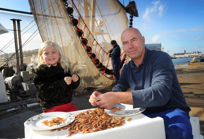 Garnalenvisser Ben van der Endt met dochter Noor pellen garnalen voor hun boot.