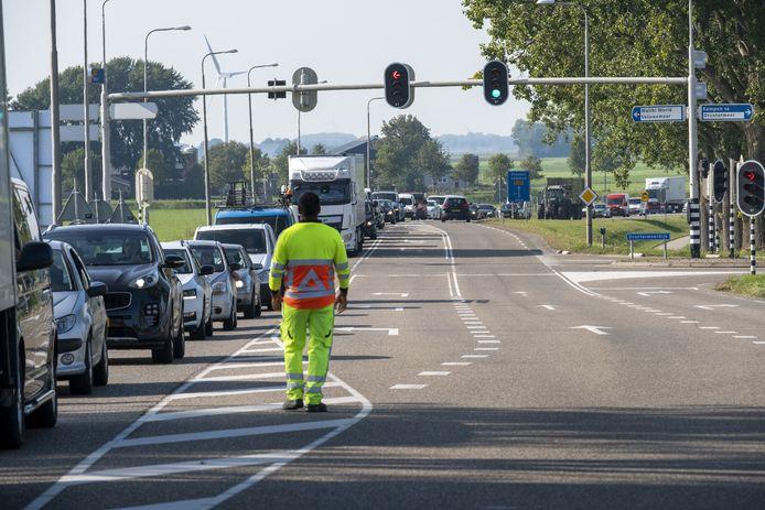 File bij de Elburgerbrug: 's morgens richting de polder, later op de dag de andere kant op.