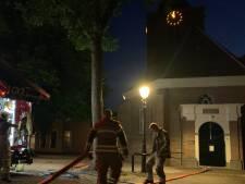 'Rookwolk' rondom kerktoren Schoonrewoerd blijkt grote zwerm muggen