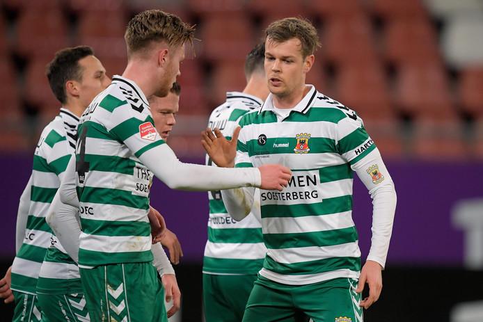 Jeroen Veldmate (r) zette Go Ahead Eagles met een benutte strafschop op 0-1 tegen Jong FC Utrecht en wordt gefeliciteerd door Givan Werkhoven.