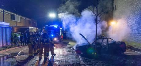Blikjes frisdrank helpen niet: auto brandt finaal uit in Apeldoorn