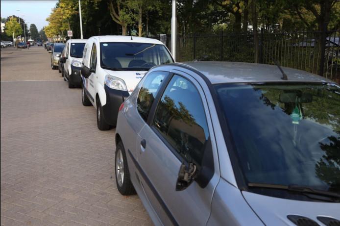Vernielde auto's aan de Rachelsmolen in Eindhoven