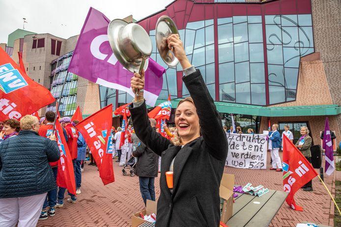 Met een lawaaiprotest werd de roep om een betere cao luister bijgezet bij het Isala-ziekenhuis in Zwolle.