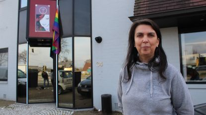 """Diversity Club laat regenboogvlag wapperen langs drukke N44: """"Wij organiseren feestjes voor 'vergeten' holebigroepen"""""""