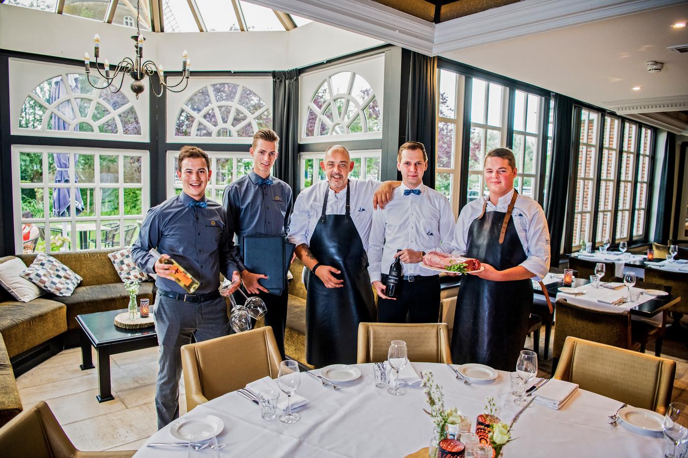 Vlnr Wilco (Chefbediening), Ettienne (Bediening), Nicky (Chef), Mark (Bediening), Teun (Keuken).