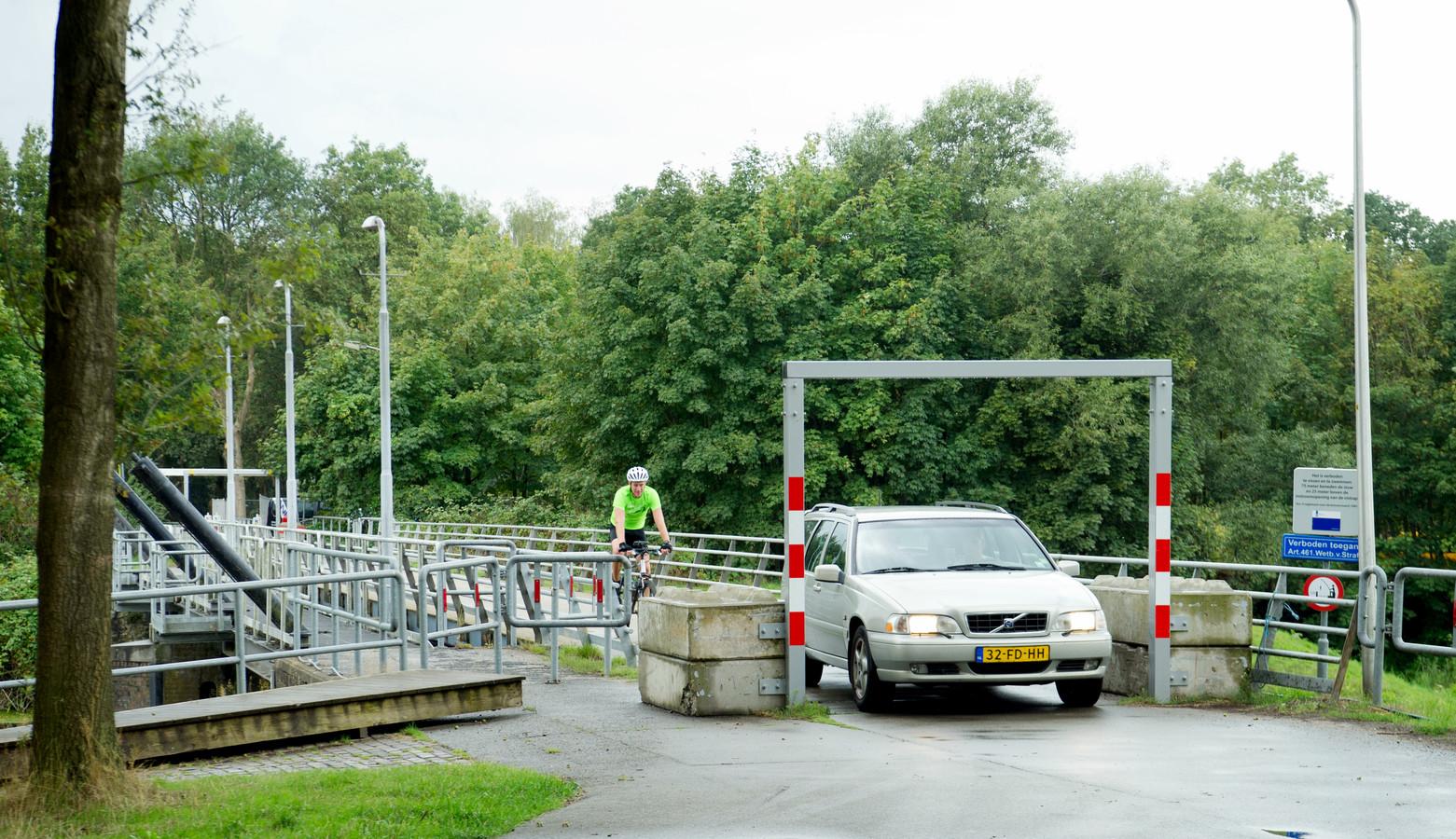 De brug over de vervallen stuw bij Junne is al sinds 2017 afgesloten voor zwaar verkeer.