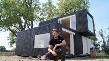 """Ondernemer Michiel De Backer (28) bouwt volledig huis in amper drie uur: """"Dé troef? Deze woning groeit en krimpt mee met gezin"""""""