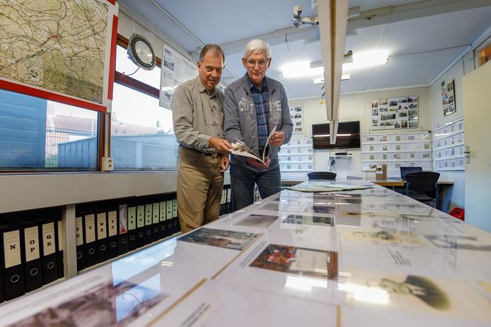 Jan Dierks en Ad de Gast van de heemkundige kring Fijnaart en Heijningen leggen de laatste hand aan de gloednieuwe expositie.