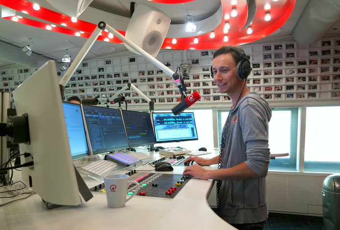 Kai Merckx in de studio van Q-music.