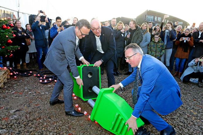 Wethouder Herman Geerdes (rechts) steekt de stekker in het stopcontact voor een recent bouwproject,  het duurzame buurtje De Kiem van Houten.