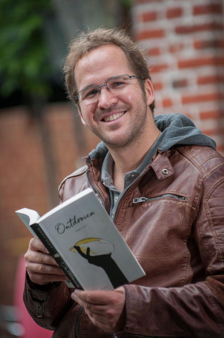 Joost Elet met zijn boek 'Ontdooien'.