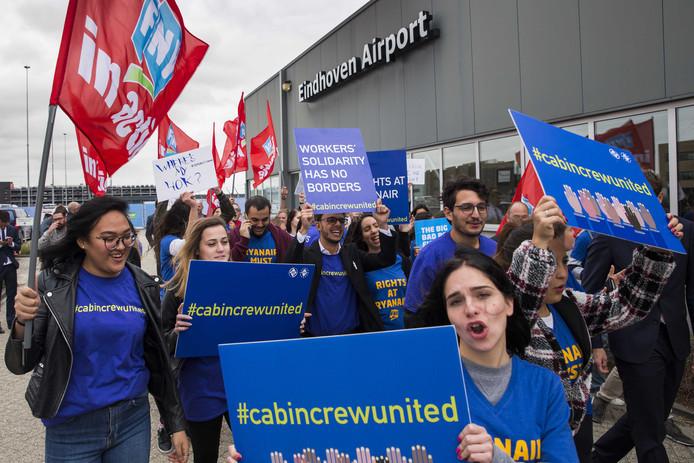 Cabinepersoneel en piloten van Ryanair voerden afgelopen vrijdag op vliegveld Eindhoven actie voor betere arbeidsomstandigheden en meer loon. Ook roepen ze de Ierse luchtvaartmaatschappij op de lokale wet en regelgeving toe te passen.
