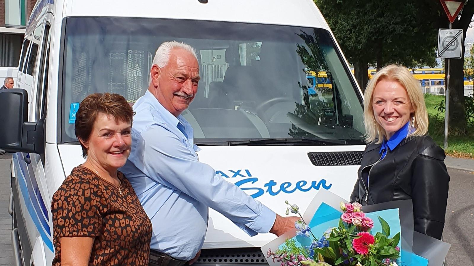 Gerben van Dam krijgt bloemen van ProRail.