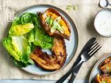 Rodecurryspeklapjes met gepofte zoete aardappel en little gem
