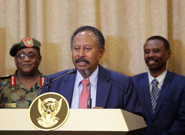 De nieuwe premier van Soedan, Abdalla Hamdok, woensdag bij het afleggen van de eed in het presidentiële paleis in Khartoum. Beeld Foto EPA
