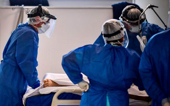 Artsen staan om het bed van een coronapatiënt heen in een Argentijns ziekenhuis.