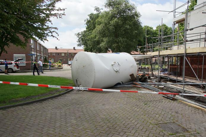 De silo is gedeeltelijk op de weg terecht gekomen.