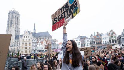 """FOTOREEKS/VIDEO Zelfs kleuters nemen deel aan succesvolle klimaatbetoging: """"Op de speelplaats geoefend"""""""