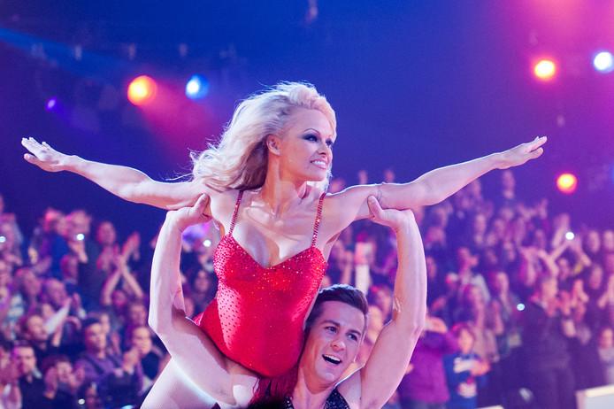 Pamela Anderson past nog steeds in haar badpak.