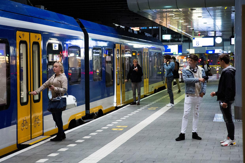 Reizigers op Den Haag centraal bij de trein naar Amsterdam. Beeld Arie Kievit